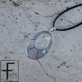 Pendente ovale forato in madreperla con cornice,intarsi e gancio in argento