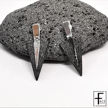 Orecchino triangolo in pietra lavica e argento 925